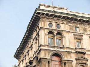 Aufwändiges Gesims an historischem Gebäude