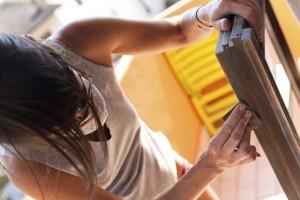 Frau bearbeitet Fensterrahmen