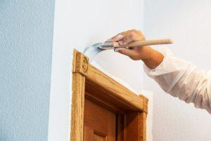 Maler streicht Wand
