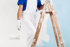 Malermeister beim Streichen