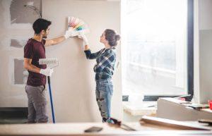 Paar sucht Wandfarbe aus