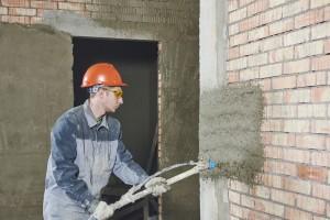 Putz wird auf Wand gesprüht