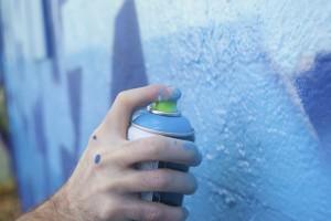 Wand wird mit Graffiti besprüht